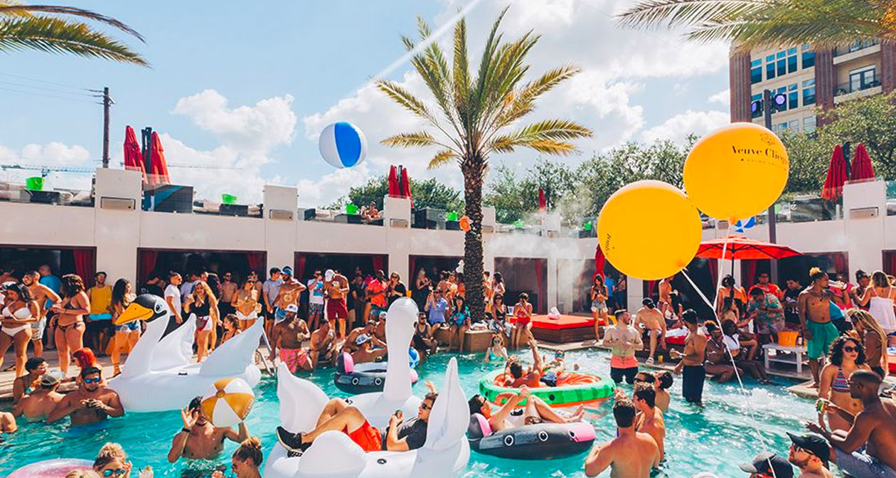 View of the interior of Clé Dayclub after getting free guest list
